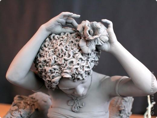 Недавно, шарясь в инете, я наткнулась на скульптуры Марка Ньюмана (Mark Newman), от которых я просто не могла оторвать глаз. Стала искать информацию и ,конечно, захотелось поделиться с кем-то такой красотой. Может быть кому-то в Стране покажется интересными работы этого художника. Немного информации о самом скульпторе: Марк Ньюман родился в Окланде, США, в июне 1962-го года. Художник профессионально занимается скульптурой уже более 19 лет.  А повлияли на его творчество такие мастера как Жан Лорензо Бернини, Микеланджело, Альфонсе Муча и многие другие. Весьма и весьма благотворно повлияли, ведь теперь у Марка есть собственная студия, гордо носящая имя художника: Mark Newman Sculpture Inc. Работая над скульптурами, Марк Ньюман всегда старается выкладываться по полной, и от этого он получает огромное удовольствие. Марк надеется, что таким образом он вдохновит и других художников, и обычных зрителей, созерцающих его работы. Начинающим художникам он советует: побольше практиковаться, побольше рисовать, наблюдать за окружающим миром и исследовать его формы, ведь все, чему надо учиться – все это вокруг нас. Приятного всем просмотра и вдохновения!  фото 2