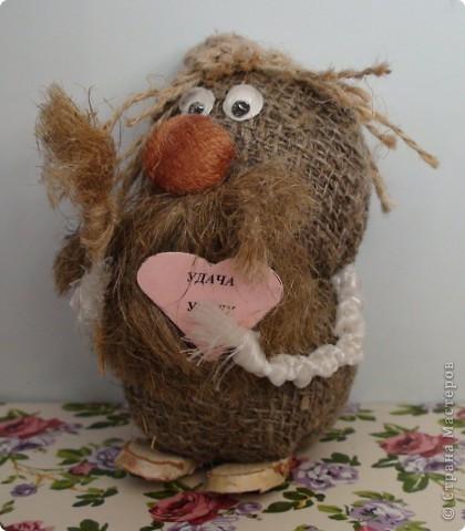 Сделан из мешковины, водопроводно льна, глаза из тоблеток, ноги деревянные. фото 1