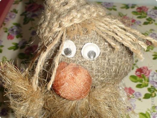 Сделан из мешковины, водопроводно льна, глаза из тоблеток, ноги деревянные. фото 3