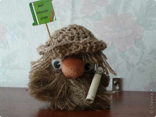 Сделан из мешковины, водопроводно льна, глаза из тоблеток, ноги деревянные. фото 4