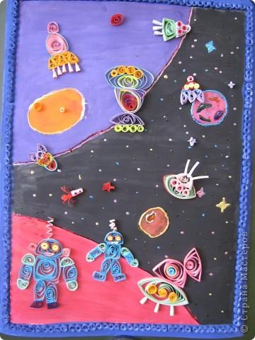 """Весь мир готовится отметить 50-летие первого полёта в космос. Мы решили сделать панно """" В космосе так здорово!"""". Вдохновили нас рисунок из Интернета (к сожалению, автора не знаю) и стихи Оксаны Ахметовой:  В космосе так здорово! Звёзды и планеты В чёрной невесомости Медленно плывут!  В космосе так здорово! Острые ракеты На огромной скорости Мчатся там и тут!  Так чудесно в космосе! Так волшебно в космосе!... Для фона использовали гуашь и витражные краски.  фото 1"""