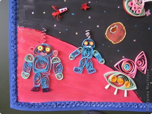 """Весь мир готовится отметить 50-летие первого полёта в космос. Мы решили сделать панно """" В космосе так здорово!"""". Вдохновили нас рисунок из Интернета (к сожалению, автора не знаю) и стихи Оксаны Ахметовой:  В космосе так здорово! Звёзды и планеты В чёрной невесомости Медленно плывут!  В космосе так здорово! Острые ракеты На огромной скорости Мчатся там и тут!  Так чудесно в космосе! Так волшебно в космосе!... Для фона использовали гуашь и витражные краски.  фото 3"""