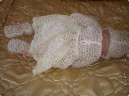 Сшила платьице, шапочку и носочки из старого пухового платка-паутинка. Очень уж жалко стало его выбрасывать, он легкий, невесомый. Простейшая кройка и обвязала открытые срезы. фото 5