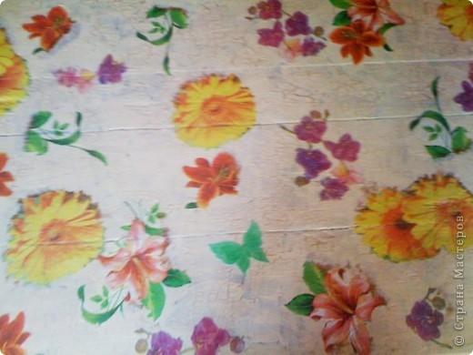 Стул с орхидеями. Красили вместе с племянницей уже невонючими красками на водной основе и приклеивали на ПВА орхидеи, вырванные из салфеток, которые нашлись на кухне. фото 4