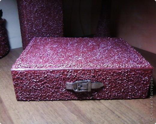 Шкатулка. Основа-коробка из под телефона, а далее весть расходный материал: немного клея ПВА, краска в/э(остатки от ремонта), крупа, лак. фото 1