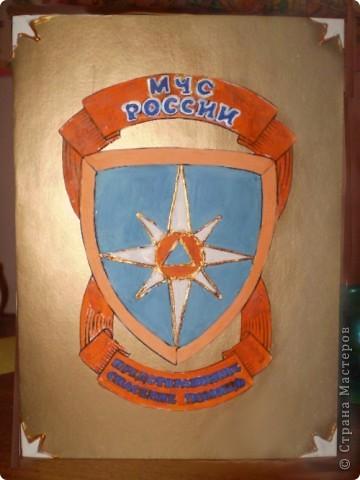 Папа служил в МЧС, поэтому открытка украшена такой эмблемой