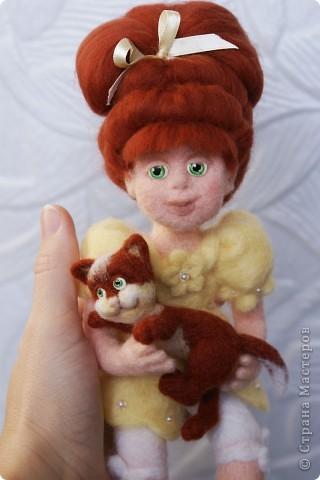 Вот я и закончила валять Машеньку))). Моя первая куколка из шерсти. Надеюсь Вам она понравится) фото 9
