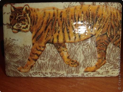 забыла сфотать то что было ДО подарили любимому вот такую флешку с чехлом,под тигром и белым акрилом  фото 3