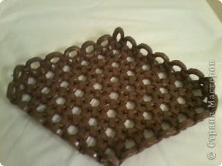 Трубочки накручивала на флакончик. После покрытия цветным лаком подносик стал такой крепкий.....как деревяный. фото 3