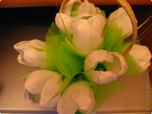 Мне очень захотелось похвастаться своими цветочками. Делала по материалам из Страны Мастеров. Корзиночка покупная. Внутри цветков небольшие, но очень вкусные конфетки. Так же использовалась нежно-зеленая бумага для оформления цветов. Букетик ждет своего часа. Это очередной подарок учителю моего сына к дню 8 марта. Еще хотелось бы отметить, что она на областном конкурсе Учитель года заняла 5 место. Наш класс очень гордится этим. фото 2