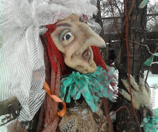 Синтепон обтягивается капроновыми калготками, прошивается лицо куклы, формируя детали лица.У меня это пугало. фото 2