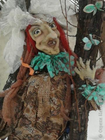 Синтепон обтягивается капроновыми калготками, прошивается лицо куклы, формируя детали лица.У меня это пугало. фото 1