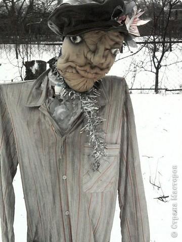 Синтепон обтягивается капроновыми калготками, прошивается лицо куклы, формируя детали лица.У меня это пугало. фото 3