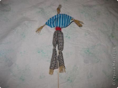 Этих кукол из мочала и плетёную шкатулку http://stranamasterov.ru/node/154919 я подготовила для ежегодной ярмарки в нашей гимназии. Куклы посажены на бамбуковые шпажки. Вот мальчик. фото 1