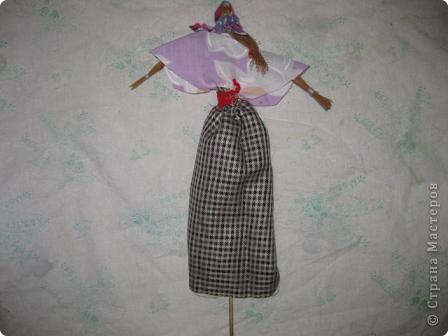 Этих кукол из мочала и плетёную шкатулку http://stranamasterov.ru/node/154919 я подготовила для ежегодной ярмарки в нашей гимназии. Куклы посажены на бамбуковые шпажки. Вот мальчик. фото 2