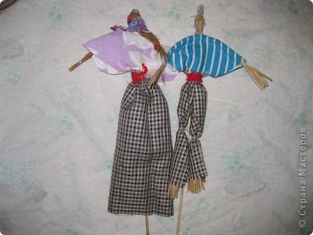 Этих кукол из мочала и плетёную шкатулку http://stranamasterov.ru/node/154919 я подготовила для ежегодной ярмарки в нашей гимназии. Куклы посажены на бамбуковые шпажки. Вот мальчик. фото 3