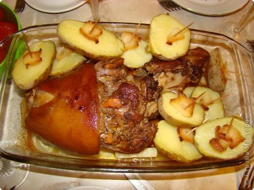 Рулька запеченная с морковкой и сельдереем   и картофель с салом)))))))))