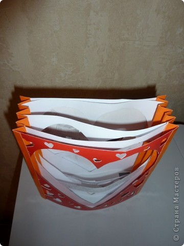 """Вдохновила техника """"Бумажный туннель"""". Полистала фото-альбом и возникла такая идея)) (это от этой поделки остались сердечки, использованые для декора рамки))) фото 2"""