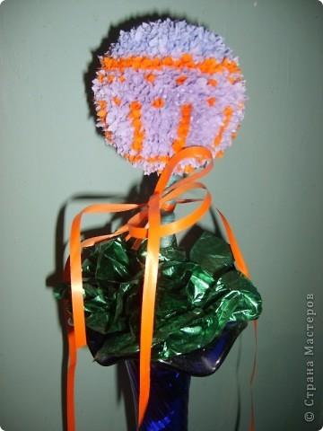 """Пустовала ваза на кухне без цветов (не всегда могут наши мужчины заполнить пустующие вазы свежими цветами), да и решила я сделать искусственный цветочек - яркий и забавный. Да понравились мне """"деревья"""" в технике торцевания, которые тут наши мастера делали))) фото 1"""
