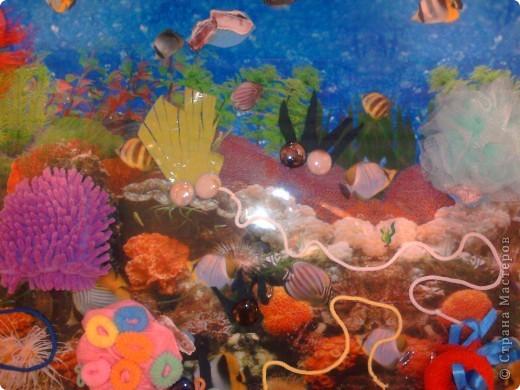 Думали мы, думали как поиграть с фигурками морских животных и как оживить игру с удочкой и рыбками на магнитах. В результате получился вот такой кусочек морского дна.  фото 4