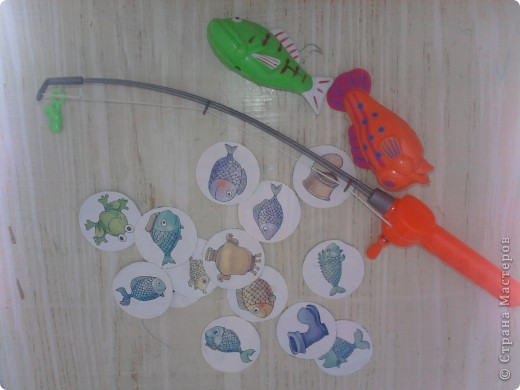Думали мы, думали как поиграть с фигурками морских животных и как оживить игру с удочкой и рыбками на магнитах. В результате получился вот такой кусочек морского дна.  фото 3