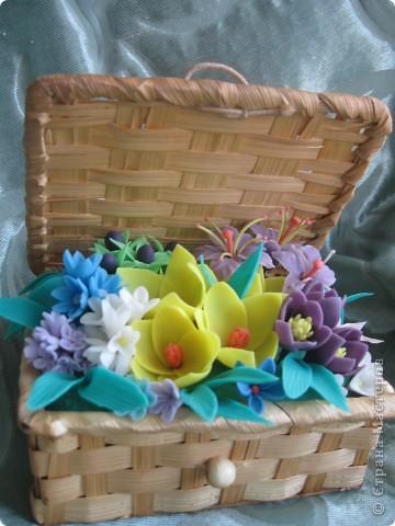 Когда увидела корзину с цветами, которую сделала Kukuscechka http://stranamasterov.ru/node/108749?c=favorite , очень захотелось сделать что-то похожее.Рождалась моя корзиночка долго и вот наконец-то: фото 1
