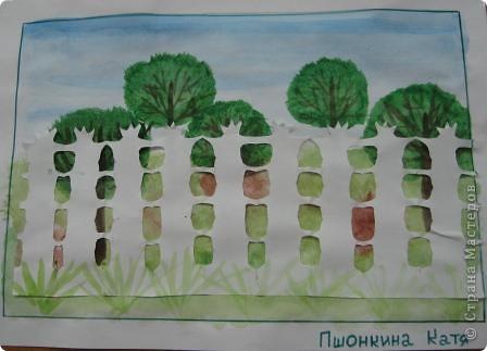 На уроке изобразительного искусства учились рисовать парк и вырезать ажурные ограды. Работа детям очень понравилась. фото 2