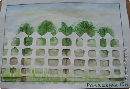 На уроке изобразительного искусства учились рисовать парк и вырезать ажурные ограды. Работа детям очень понравилась. фото 4