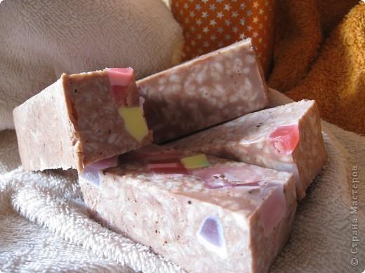 Итак, закончилась у меня мыльная основа. УВЫ!  Но....Варим из детского мыла. Похожа на колбаску копченую!!! Но это шоколадное с ароматом соответствующим фото 1