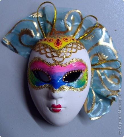 Маска 1. Беленая гипсовая маска. Акриловая краска, блестки,стразы,ткань от подарочного мешочка, круглая тесьма. фото 1