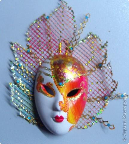 Маска 1. Беленая гипсовая маска. Акриловая краска, блестки,стразы,ткань от подарочного мешочка, круглая тесьма. фото 2