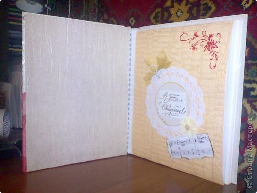 Подруга попросила как-нибудь украсить и оформить ее обычный покупной альбом для свадебных фотографий. Так как фотографии были заказаны по размеру листов, украшать их было не сподручно, да и не имело смысла. Зато обложка и первый разворот немного обновились) фото 2