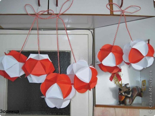 Я сделала шарики-мартеници. Бумажный шар я смотрела в блоге мамаСаша из страна Мастеров. Спасибо за идею.  фото 1