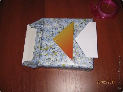 """Сегодня дочка собиралась к подружке на свадьбу. Ну и как водится к подарку еще прилагался конверт с денежкой и открытка с пожеланием. Цель - красиво завернуть подарок, да и чтобы этит две открытки были на виду. Решили завернуть елочкой. Сделали. Она убежала выдавать подругу замуж, а я села поиграть в комп. пошарилась по интернету, но нашего варианта заворачивания подарка не нашла. Решила вынести его на суд зрителей нашего сайта. Может кому пригодится. Изюминка этой упаковки в том, что заворачивать очень быстро, скотча почти не надо (здесь его использую, чтобы сфотографировать, а то боялась, что щелкнуть фотоаппаратом не успею). НО ГЛАВНОЕ - получается четыре кормашка, в которые вы можете что-то положить, будь то конвертик, билеты, открытка... И так, начинаю.  Выбираете лист оберточной бумаги так, чтобы с боков """"крылышки"""", которые выходят за коробку-подарок были примерно того же размера, что и ширина коробки или чуть меньше.    фото 3"""