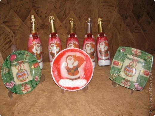 Новогодние праздники давно позади, а показать подарки, которы были сделаны для близких, всё никак руки не доходили.  В качестве подарков выступали вот такие тарелочки и бутылочки: фото 1