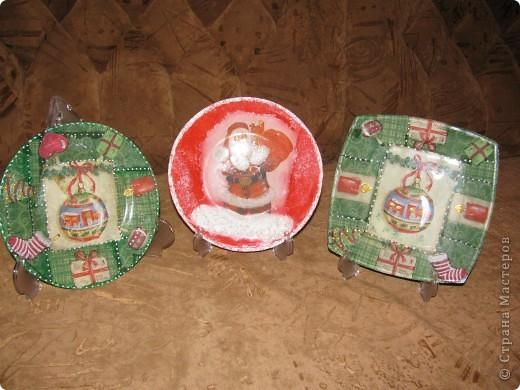Новогодние праздники давно позади, а показать подарки, которы были сделаны для близких, всё никак руки не доходили.  В качестве подарков выступали вот такие тарелочки и бутылочки: фото 3