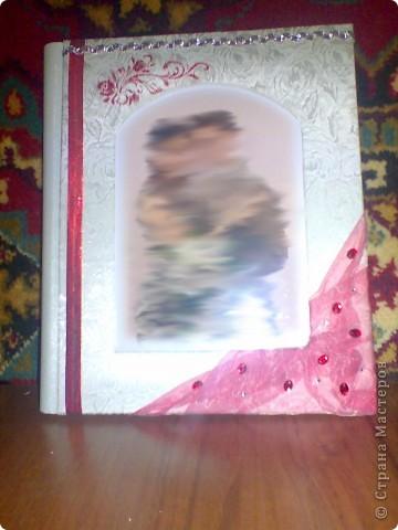 Подруга попросила как-нибудь украсить и оформить ее обычный покупной альбом для свадебных фотографий. Так как фотографии были заказаны по размеру листов, украшать их было не сподручно, да и не имело смысла. Зато обложка и первый разворот немного обновились) фото 1
