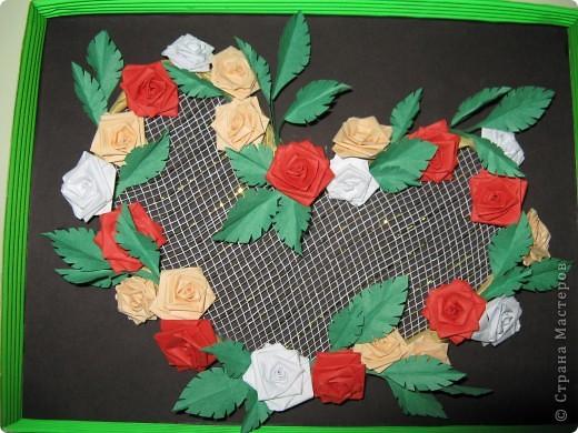 Училась крутить розочки, оформила в форме сердечка, сетка флористическая:бело-золотая. фото 1