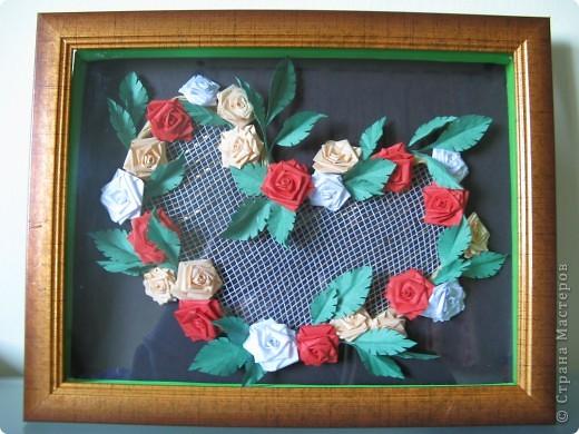 Училась крутить розочки, оформила в форме сердечка, сетка флористическая:бело-золотая. фото 2