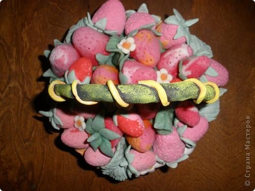 """В нашем суровом Забайкалье сложно вырастить садовую землянику (все называют клубника). А у меня в корзинке всегда """"свеженькая"""" ягодка. Корзинку лепила на пиале, окрашивала гуашью потом. Сами ягоды и листья из теста, подкрашенного пищевыми красителями. """"Салфетка"""", на которой лежат ягодки в корзинке, тоже из подкрашенной ленты теста. А сама корзинка стоит на салфетке """"фриволите"""", которым я тоже увлекаюсь. Работу только что сбрызнула лаком для волос. Может потом покрою матовым лаком. фото 6"""