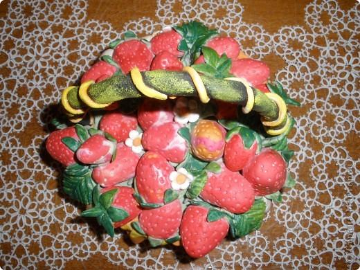 """В нашем суровом Забайкалье сложно вырастить садовую землянику (все называют клубника). А у меня в корзинке всегда """"свеженькая"""" ягодка. Корзинку лепила на пиале, окрашивала гуашью потом. Сами ягоды и листья из теста, подкрашенного пищевыми красителями. """"Салфетка"""", на которой лежат ягодки в корзинке, тоже из подкрашенной ленты теста. А сама корзинка стоит на салфетке """"фриволите"""", которым я тоже увлекаюсь. Работу только что сбрызнула лаком для волос. Может потом покрою матовым лаком. фото 2"""