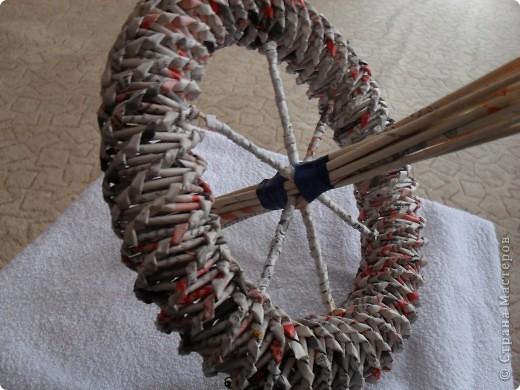 Спицы на колесах оплетаем трубочками.Берем 4 трубочки,сгибаем их посредине и крест-на-крест закрепляем на колесе.Фиксируем изолентой или скотчем.Второе заднее колесо крепим аналогично. фото 4