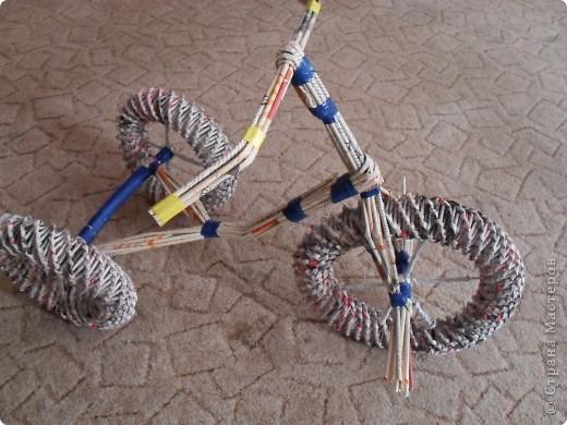 Спицы на колесах оплетаем трубочками.Берем 4 трубочки,сгибаем их посредине и крест-на-крест закрепляем на колесе.Фиксируем изолентой или скотчем.Второе заднее колесо крепим аналогично. фото 8