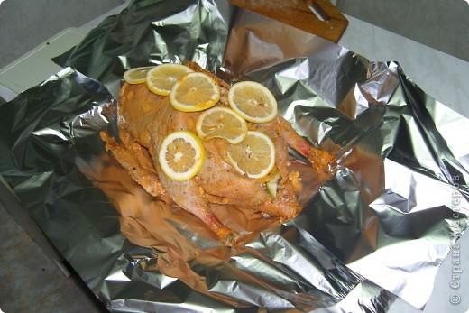 Подготовить гуся.  Сделать соус-маринад: майонез, томат- паста,соль, соевый соус, рисовый уксус, сок 1/3 лимона,перец черный и красный,специи по вкусу. Обмазать соусом гуся и оставить его часов на 5-6 при комнатной температуре. фото 4