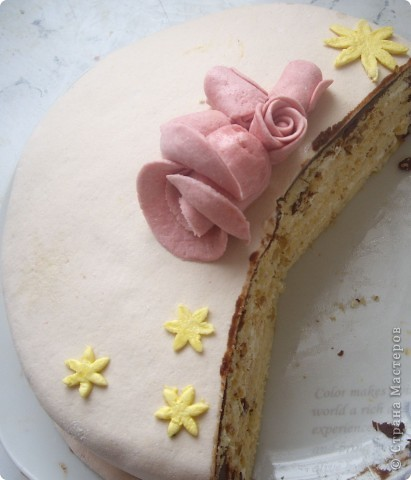 """торт """"Молочная девочка"""", украшенный шоколентой и шоколадными фигурками фото 3"""