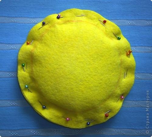 Вот такую игольничку сделал  бабушке  к празднику 8 марта Для работы нужны, салфетки для уборки  желтая, голубая и розовая, синтепон, диск карандаш цветной лучше красный, клей Титан, нитки, булавки фото 5
