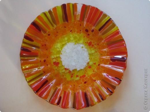 Фьюзинг - технология спекания стекла – термическое соединение нескольких стеклянных элементов в одно целое. При нагреве до определенной температуры стекло размягчается, и детали изделия спекаются между собой.... панно(это полу-фьюзинг) фото 4