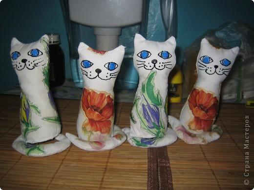 на создание таких котят меня вдохновила ЗОЯ ХОЛИНА, мои конечно не такие как ее, но полистав странички интернета(искала технику декупажа на ткань) натунулась на это http://www.sangina.ru/pedia/decor1/dekupazh/mk_decoupage_a_textile/ фото 1