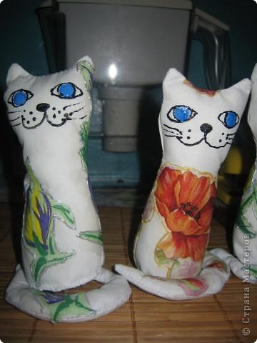 на создание таких котят меня вдохновила ЗОЯ ХОЛИНА, мои конечно не такие как ее, но полистав странички интернета(искала технику декупажа на ткань) натунулась на это http://www.sangina.ru/pedia/decor1/dekupazh/mk_decoupage_a_textile/ фото 2