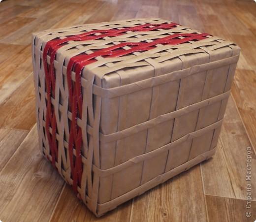 Плетеночка из упаковочной бумаги. Обыкновенную картонную коробочку обтянула бумагой для упаковки подарков. Из этой же бумаги накрутила трубочек и сплела корзинку.  фото 3